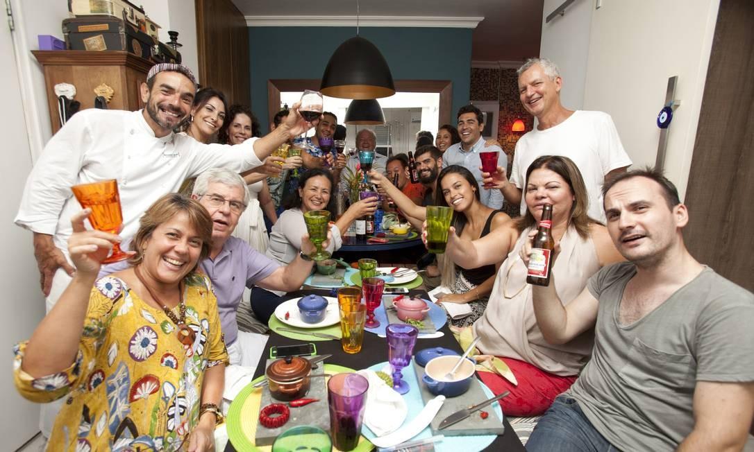 Após um brinde de boas-vindas na mureta da Urca, os convidados se sentam à mesa ao melhor estilo 'mi casa, su casa' Foto: Bárbara Lopes / Agência O Globo