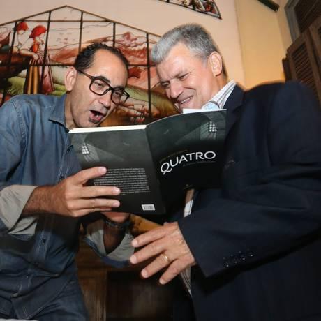 O ex-deputado João Paulo Cunha é cumprimentado pelo ex-réu do mensalão Professor Luizinho Foto: André Coelho