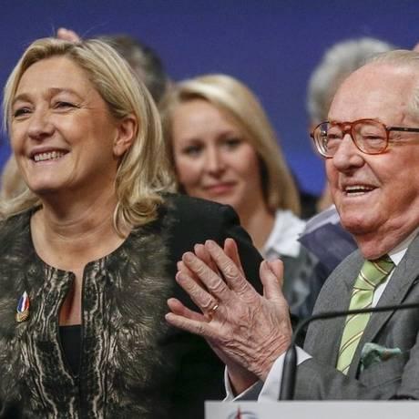 Polêmica. Marine Le Pen, líder da Frente Nacional, e seu pai Jean-Marie Le Pen Foto: REUTERS/30-11-2014