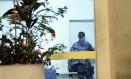 Um PM chega à Divisão de Homicídios, que apura a morte do menino Eduardo Foto: Marcelo Piu / Agência O Globo