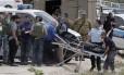 Forças de segurança israelenses removem corpo de homem palestino, na na vila de Sinjil, na Cisjordânia