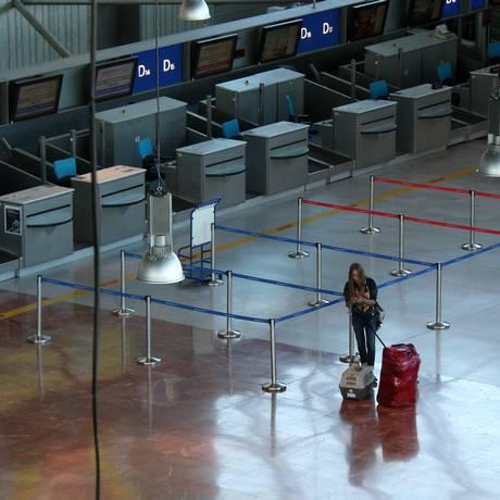 Passageira aguarda no deserto aeroporto de Nice Foto: Lionel Cironneau / AP