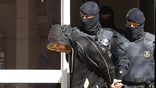 Homem é preso durante operação antiterrorista em Sabadell Foto: QUIQUE GARCIA / AFP