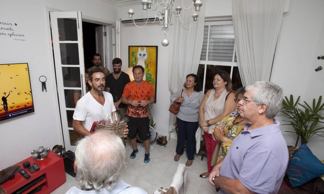 Primeiro o chef Alessandro Francês conta curiosidades sobre o Rio para os visitantes estrangeiros Foto: Bárbara Lopes / Agência O Globo