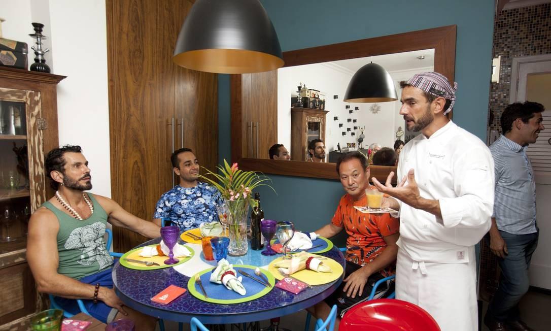 """Depois, Alessandro revela detalhes do menu """"Brasil a bordo"""", criado por ele Foto: Bárbara Lopes / Agência O Globo"""