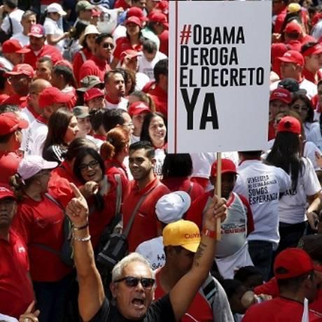 Partidários de Maduro protestam contra decreto de Obama que sancionou funcionários com base em classificação como ameaça à segurança Foto: Reprodução / Telesur