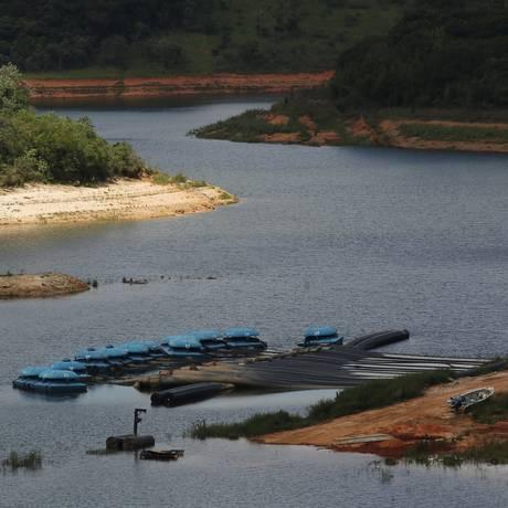 Apesar das chuvas de verão, Sabesp ainda retira volume morto da represa Atibainha, em Nazaré Paulista, por meio de bombas Foto: Marcos Alves / Agência O Globo