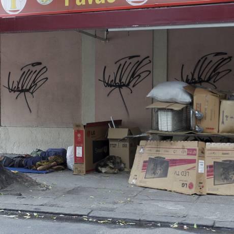 Drama social: moradores de rua nas esquinas das ruas Pereira da Siqueira e Marquês de Valença Foto: Pedro Teixeira / Agência O Globo