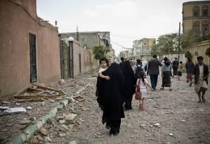 Moradores fogem de bairros destruídos em Sanaa, capital do Iêmen Foto: Hani Mohammed / AP