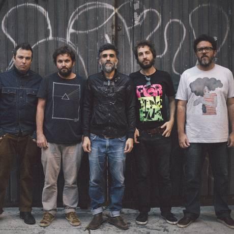 A partir da esquerda, Dustan Gallas, Rian Batista, Catatau, Clayton Martin e Regis Damasceno: álbum grátis na internet Foto: Divulgação/Haroldo Saboia