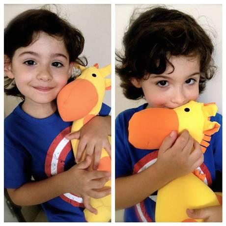 Enzo recebe a nova amiga, a girafa Rafa, presenteada pelo shopping Foto: BarraShopping / Divulgação