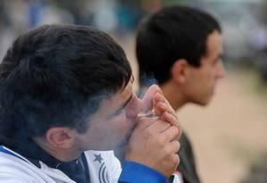 Jovem fuma maconha: droga chegou no Brasil após Descobrimento e foi demonizada no início do século XX Foto: AFP
