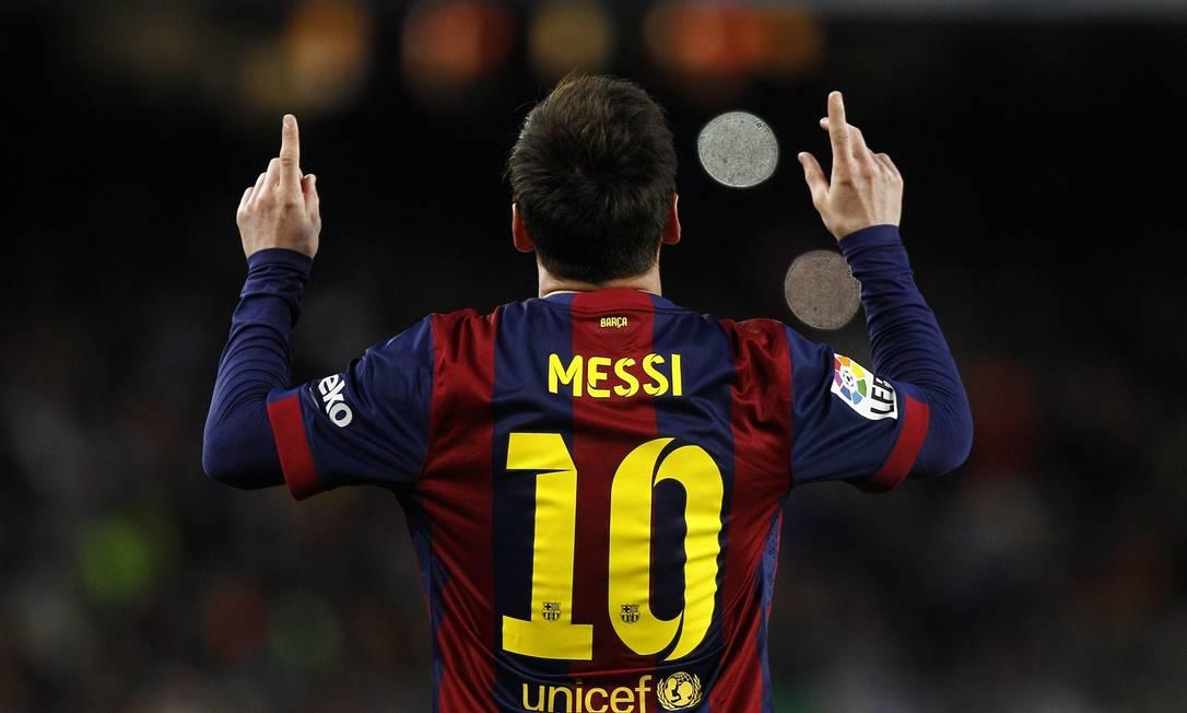 Lionel Messi agradece aos céus o gol marcado em nova vitória do líder Barcelona QUIQUE GARCIA / AFP