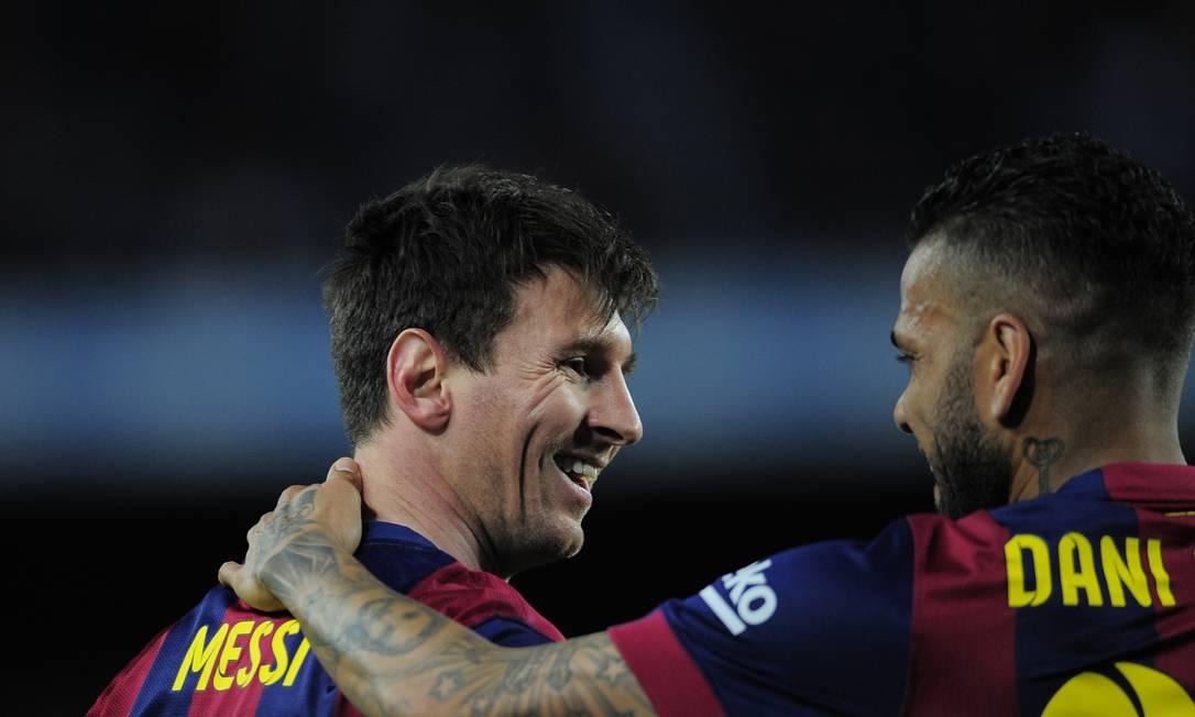 O camisa 10 do Barça é abraçado pelo brasileiro Daniel Alves Manu Fernandez / AP