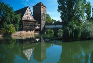 A Ponte Henkersteg, em Nuremberg, com prédio de fachada em enxaimel, em estilo típico da Baviera, na Alemanha Foto: Rainer Kiedrowski / Divulgação/Deutsche Zentrale für Tourismus