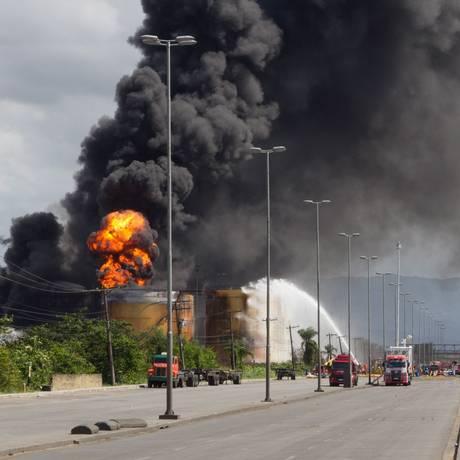 O incêndio que começou na sexta-feira nos tanques da empresa Ultracargo, no bairro da Alemoa em Santos chega ao sétimo dia Foto: Flavio Hopp / O Globo