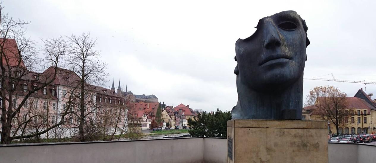 """A escultura """"Centurion I"""", de Igor Mitoraj, no centro histórico de Bamberg, na Alemanha Foto: Luisa Valle / O Globo"""