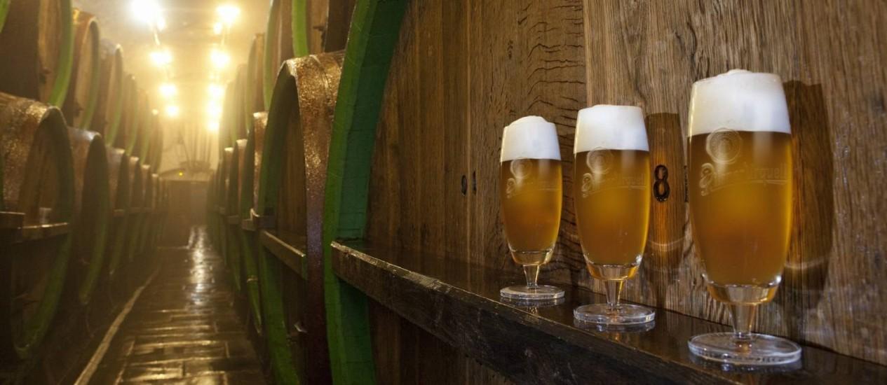 Copos servidos na cervejaria Pilsner Urquell, a mais famosa de Plzen, na República Tcheca Foto: Divulgação