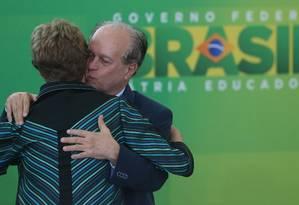A presidente Dilma Rousseff recepciona o novo ministro da Educação, Renato Janine Ribeiro, que terá a responsabilidade de fazer valer o lema 'Pátria Educadora' Foto: ANDRE COELHO/Agencia O Globo
