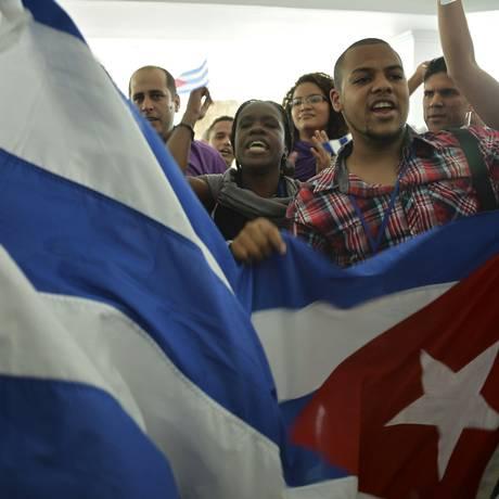 Manifestantes cubanos reunidos na Cidade do Panamá. Castristas e opositores se enfrentaram em um parque no centro da cidade Foto: RAUL ARBOLEDA;RAUL ARBOLEDA / AFP