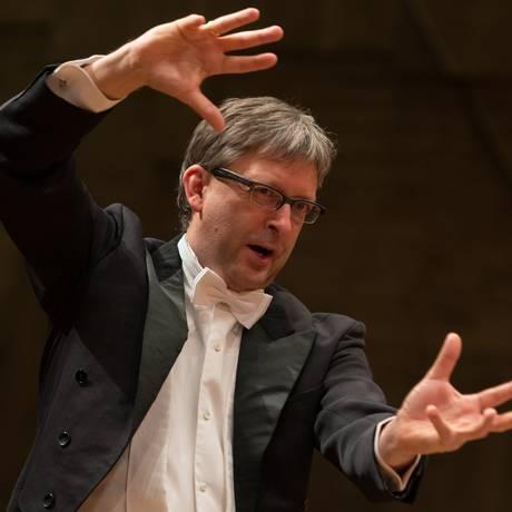 O maestro Hans-Christoph Rademann rege orquestra e coro alemães no Municipal Foto: Divulgação