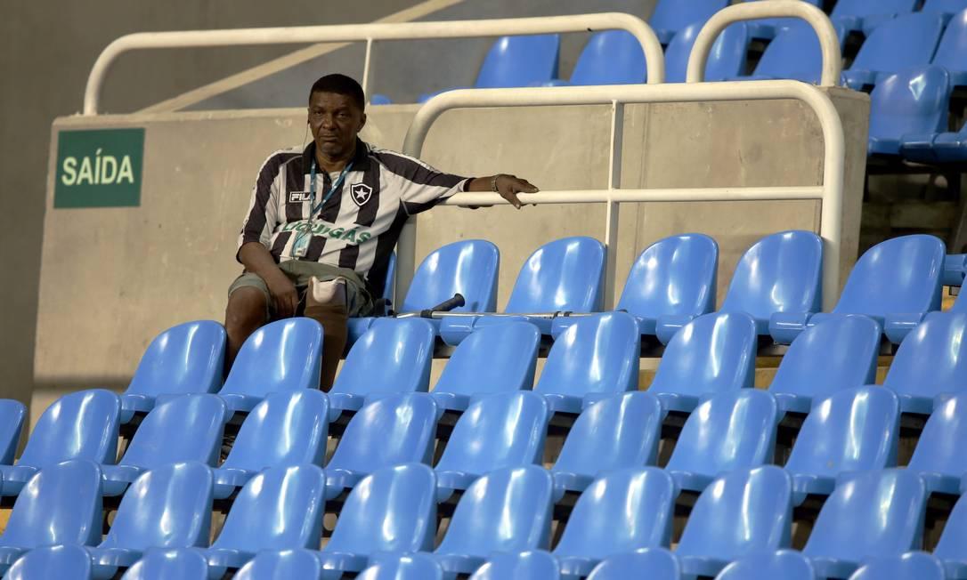 Torcedor do Botafogo nas cadeiras do Nilton Santos Cezar Loureiro / Agência O Globo
