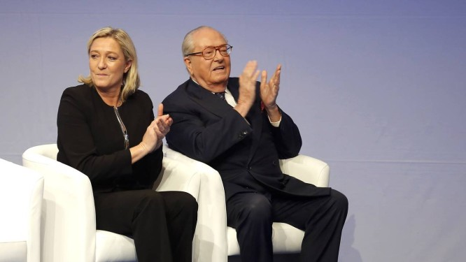 Marine Le Pen e seu pai, Jean-Marie Le Pen: brigas familiares marcam guinada para o centro de líder da Frente Nacional Foto: AP/29-11-2014