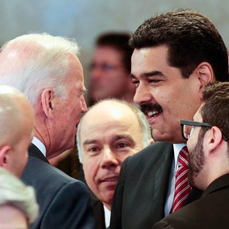O presidente Nicolás Maduro encontra com o vice-presidente dos EUA, Joe Biden, na posse de Dilma, em janeiro Foto: AP/1-1-2015