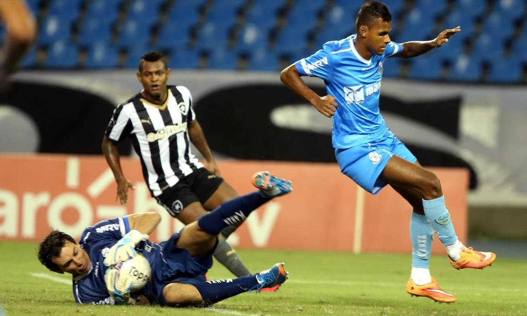 Jóbson disputa a bola na área Cezar Loureiro / Agência O Globo