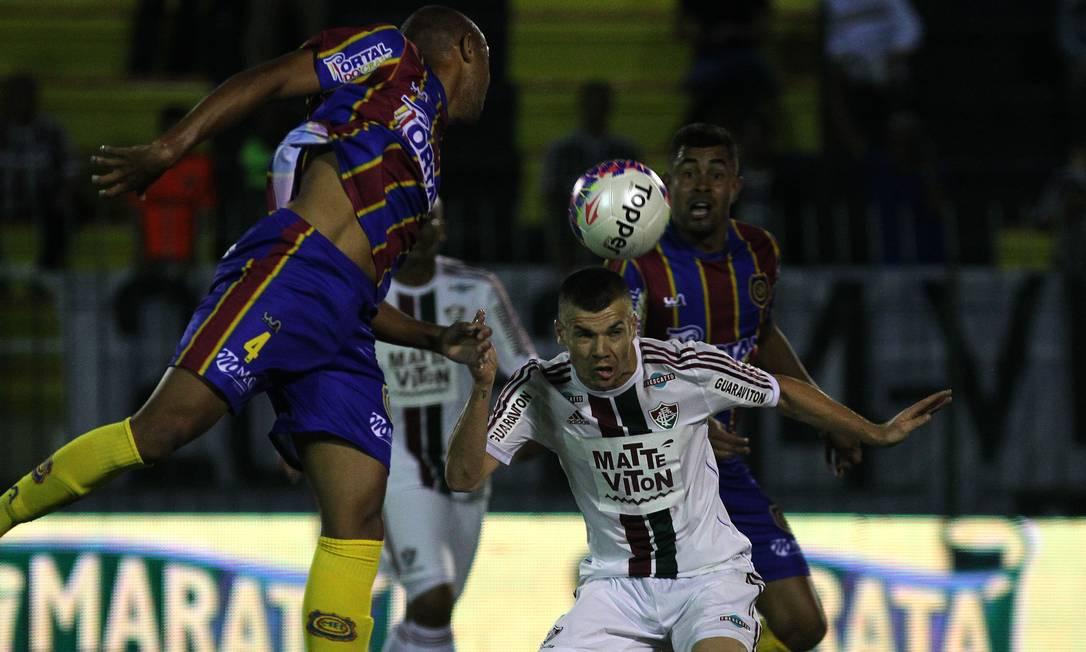 Wagner disputa a bola com um jogador do Madureira Nelson Perez / Fluminense