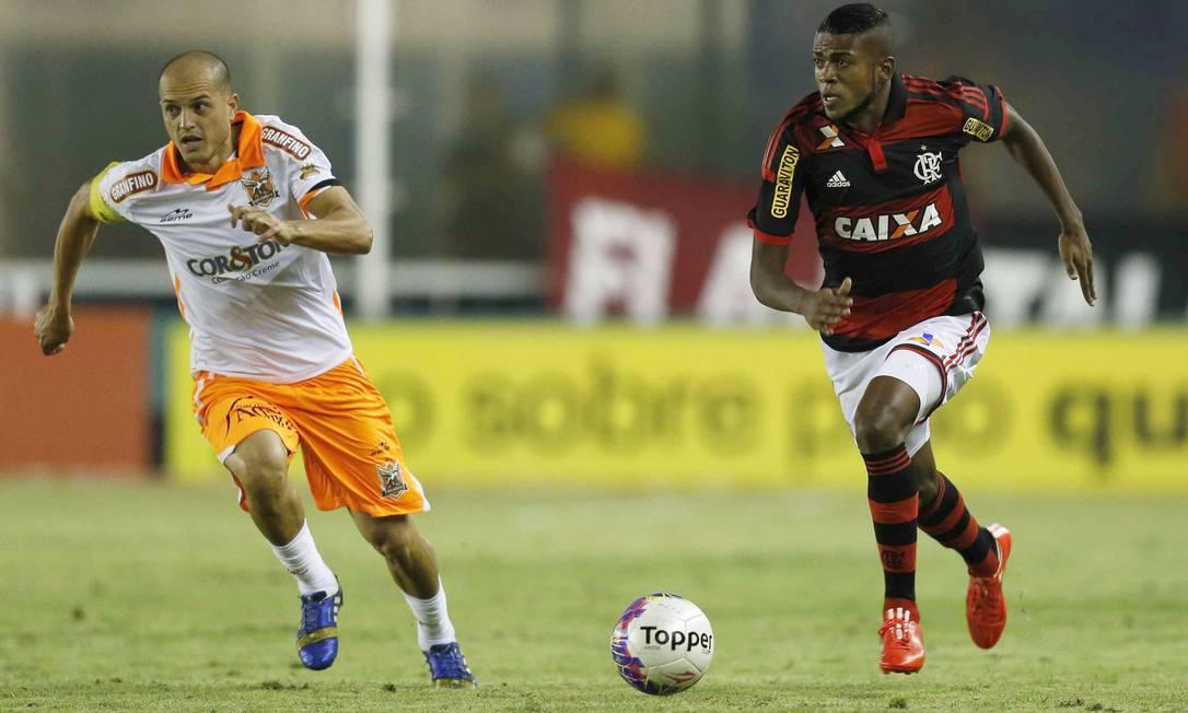 Em Macaé, Marcelo Cirino tenta levar o Flamengo ao ataque Alexandre Cassiano / Agência O Globo
