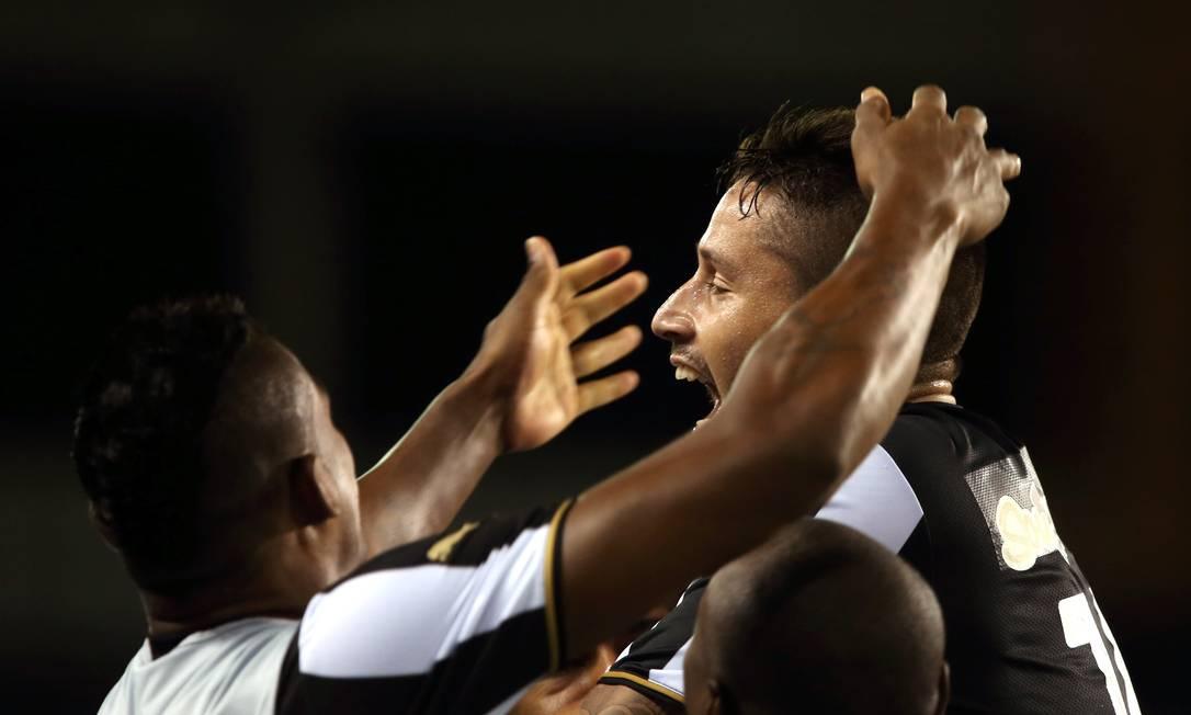 Elvis comemora o gol que abriu o placar para o Botafogo, contra o Macaé Cezar Loureiro / Agência O Globo