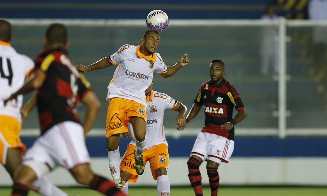 A zaga do Nova Iguaçu afasta a bola em Macaé Alexandre Cassiano / Agência O Globo