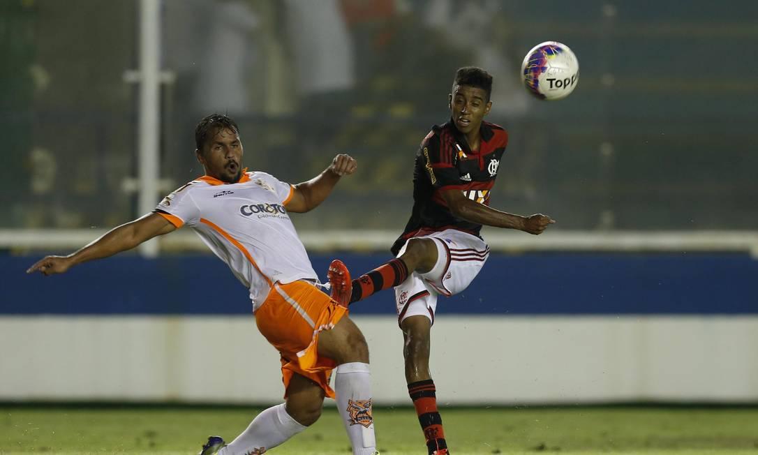 Gabriel divide a bola com um jogador do Nova Iguaçu Alexandre Cassiano / Agência O Globo