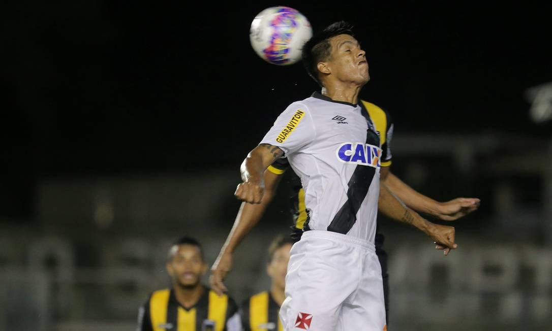 O paraguaio Julio dos Santos divide a bola Marcelo Theobald / Agência O Globo