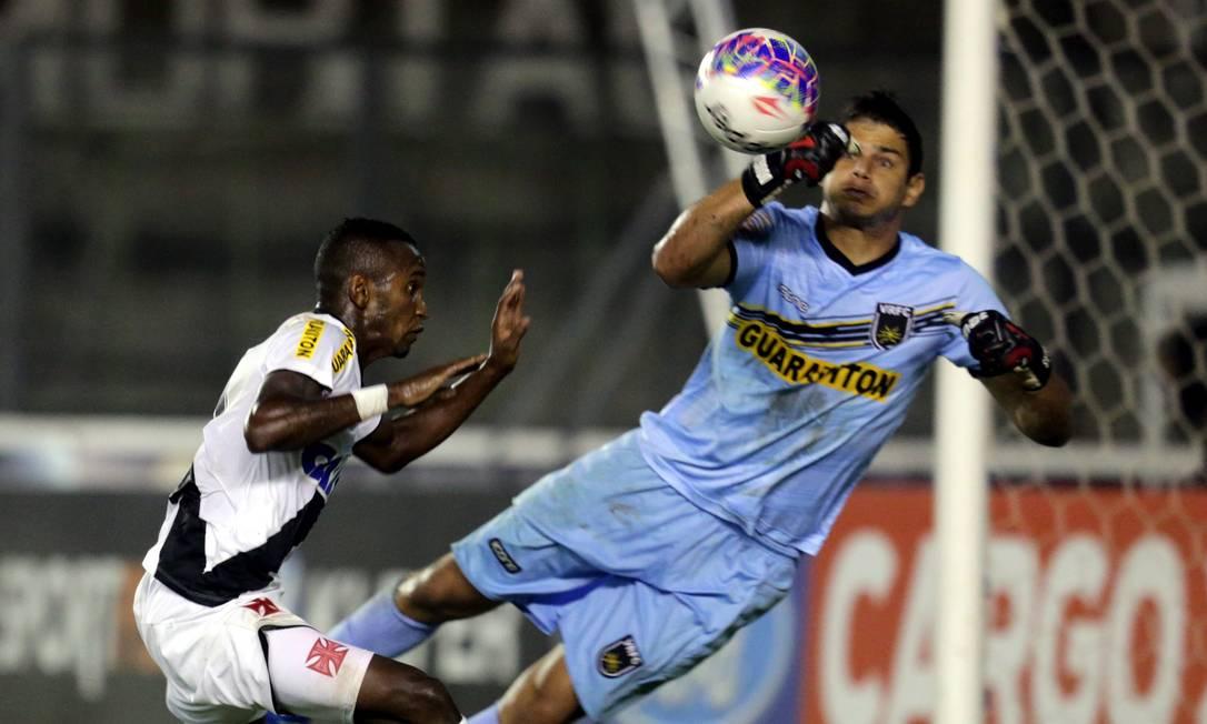 Yago, do Vasco, disputa a bola com Douglas Borges Marcelo Theobald / Agência O Globo