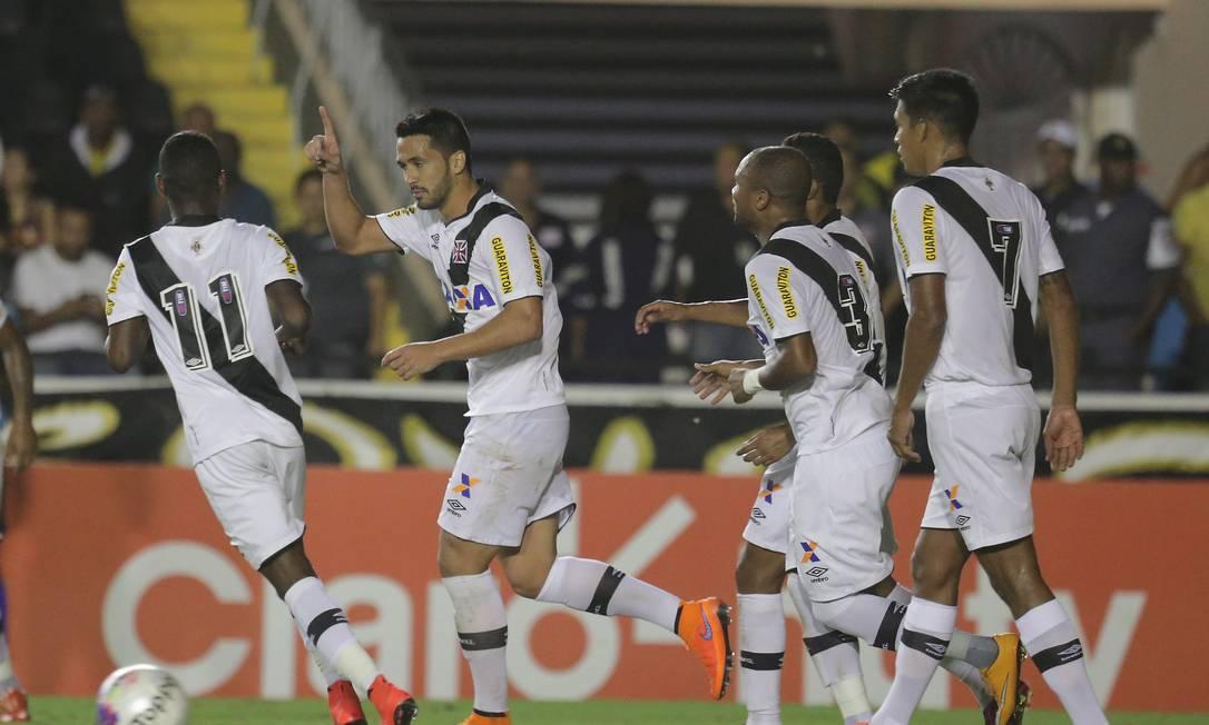 O zagueiro Luan ergue a mão ao céu ao fazer o segundo gol do Vasco Marcelo Theobald / Agência O Globo