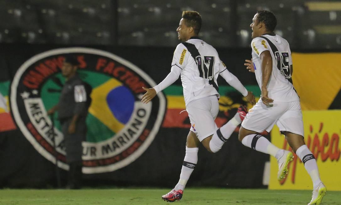 Rafael Silva comemora com Marcinho o terceiro gol Marcelo Theobald / Agência O Globo