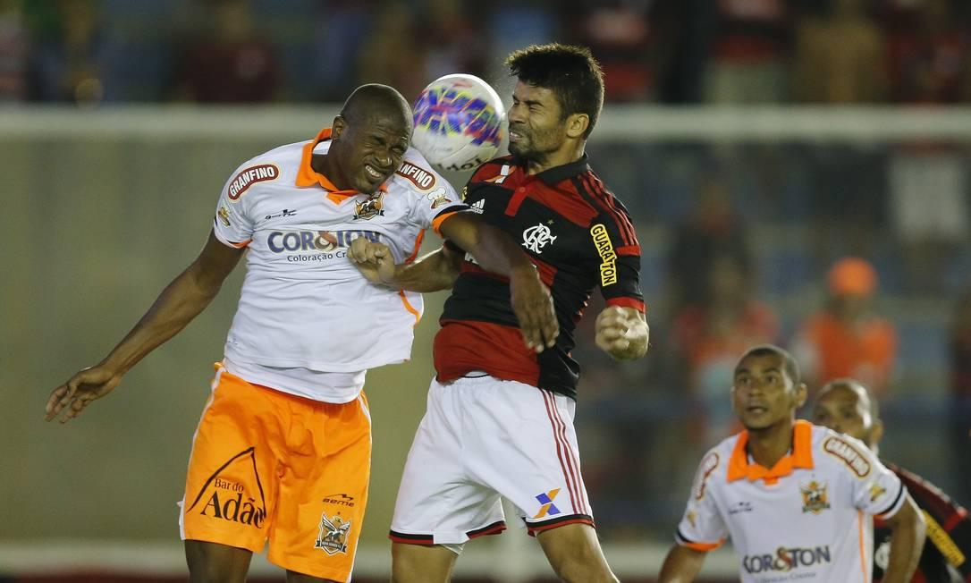 Em Macaé, Eduardo da Silva, do Flamengo, disputa a bola com um jogador do Nova Iguaçu Alexandre Cassiano / Agência O Globo