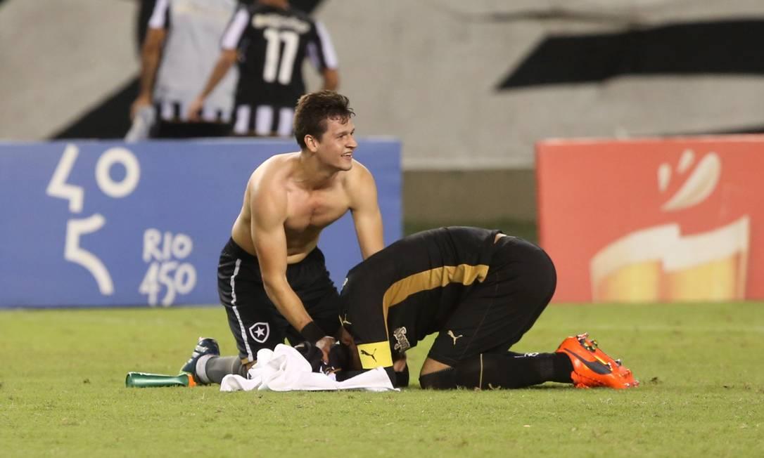 O goleiro Renan se ajoelha no gramado do Nilton Santos Cezar Loureiro / Agência O Globo