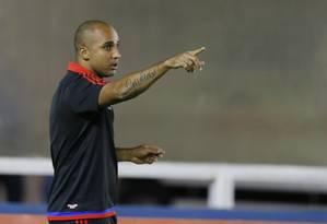 O auxiliar técnico Deivid tenta orientar o time do Flamengo no empate com o Nova Iguaçu Foto: Alexandre Cassiano