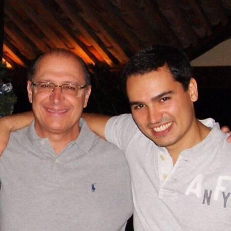 O governador de São Paulo, Geraldo Alckmin, ao lado do filho caçula Thomaz Foto: Reprodução/Facebook/GeraldoAlckmin