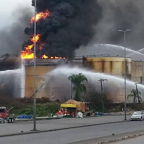 Bombeiros trabalham no combate ao incêndio em tanque no litoral de SP Foto: Divulgação/Corpo de Bombeiros de SP