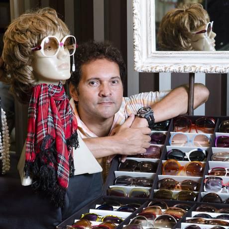 Cláudio Valente com alguns dos modelos à venda: Dior, Chanel e Yves Saint Laurent Foto: Leo Martins / Agência O Globo