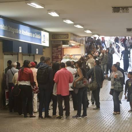 Fila para solicitação do seguro-desemprego na Central do Brasil Foto: Adriana Lorete / O Globo