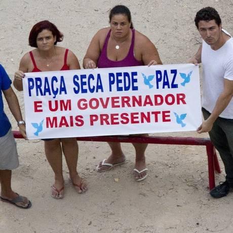Moradores fazem cartaz de protesto Foto: Freelancer / bia guedes