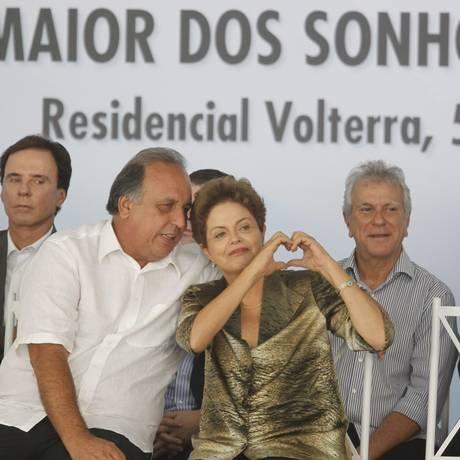 Presidente Dilma Rousseff entrega conjunto do Minha Casa Minha Vida, em Caxias, ao lado do governador Luiz Fernando Pezão Foto: O Globo / Marcelo Carnaval