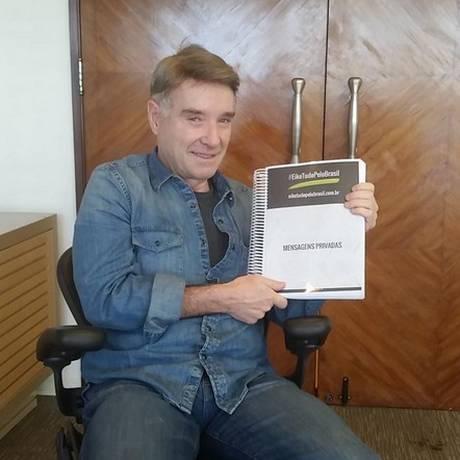 Eike segura documento que reúne 'mensagens positivas' Foto: Reprodução Twitter
