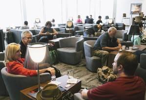 Passageiros repousam no lounge ATL do Aeroporto Internacional de Atlanta Foto: The New York Times / Raymond McCrea Jones