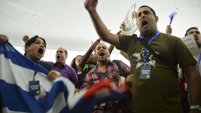 No Foro da Sociedade Civil, na Cidade do Panamá, cubanos contrários a reaproximação entre Cuba e Estados Unidos se manifestam. Grupos castristas não tiveram acesso ao Foro e protestaram nessa quarta-feira Foto: RAUL ARBOLEDA / AFP